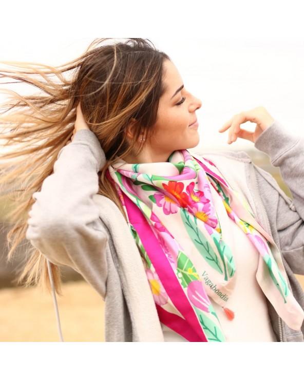 Cheveux au vent et foulard Balte sur la plage