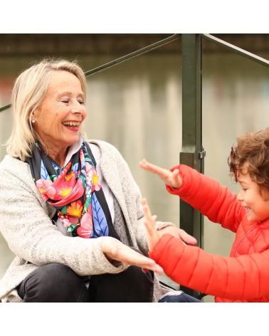 Foulard Balte porté par mamie qui joue avec son petit fils