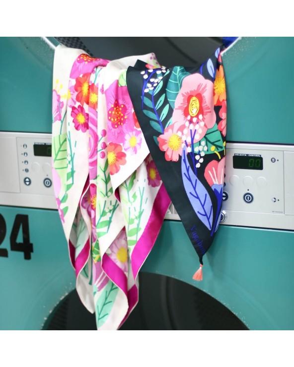 Les 2 foulards Balte suspendus au tambour du lavomatique
