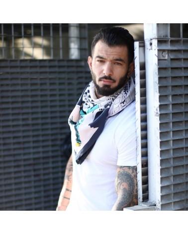 Look branché avec un t-shirt blanc et le foulard NYC